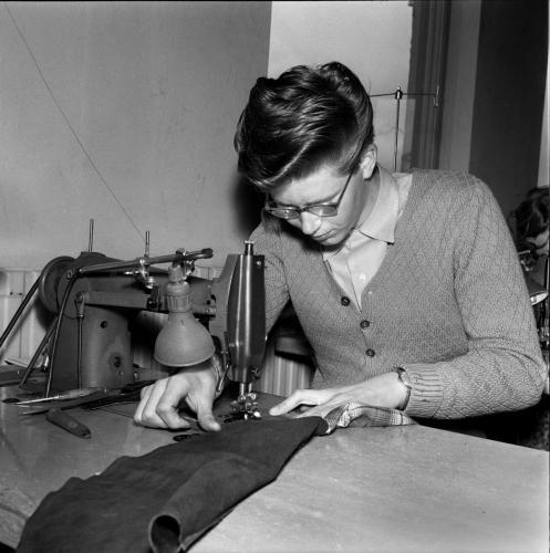 1957 april Yrkesskolan i skinnsömnad_01