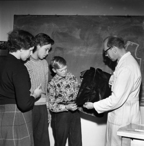 1957 april Yrkesskolan i skinnsömnad_03